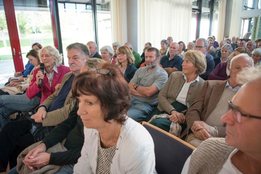 gespanntes Publikum beim Schlierseer Kulturherbst mit Markus Ederer und Gerhard Polt