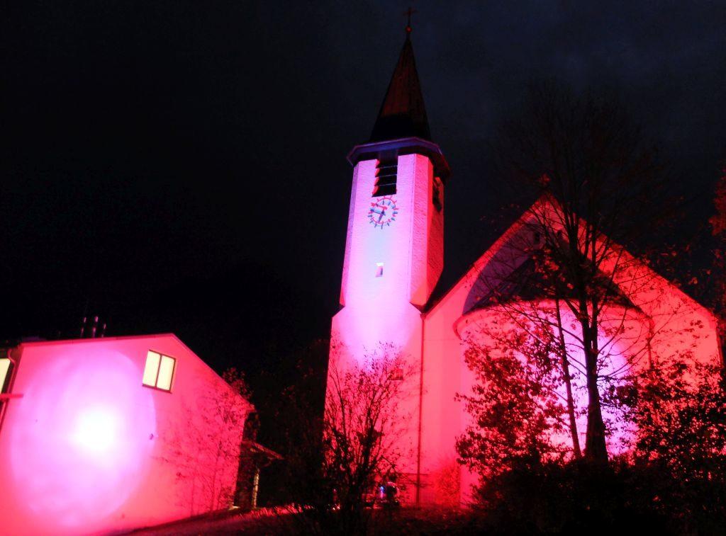 St. Josef und Pfarrhaus erstrahlen in Licht- und Farbinstallation des Schlierseer Kulturherbstes.