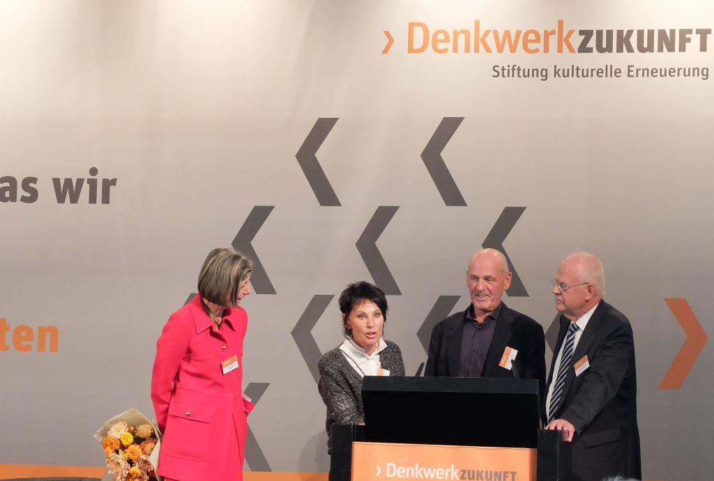 Konferenz von Stiftung Denkwerk Zukungt - Stefanie Wahl (links) unnd Meinhard Miegl (Rechts) mit den Stiftern