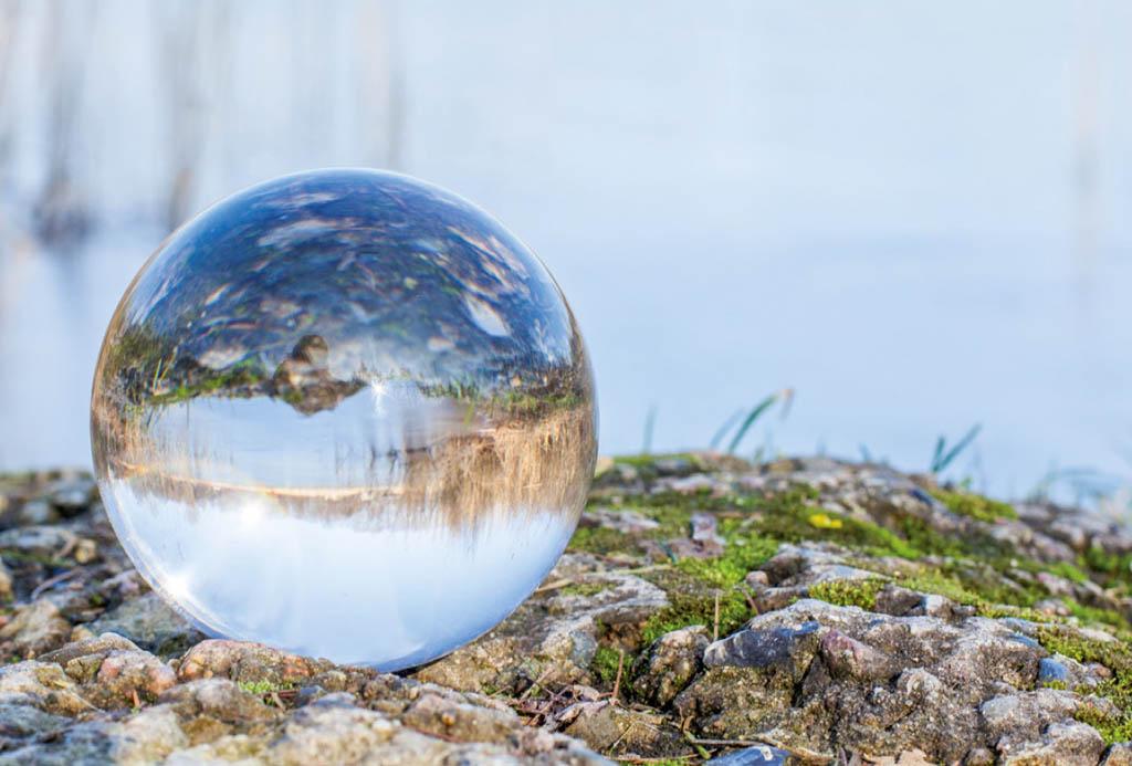 Fotolia: Glaskugel am See | Urheber: Angelika Bentin