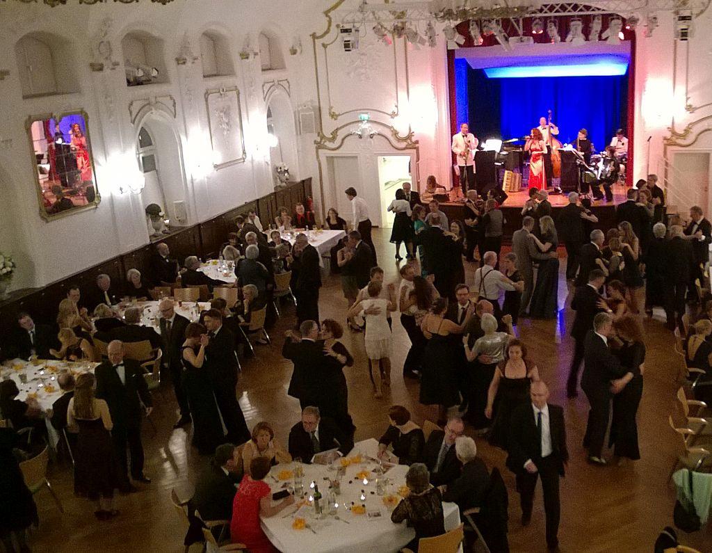 Voll ausgebuchter Tanzsaal zur ersten Ballnacht von Kulturwerkstatt im Oberland
