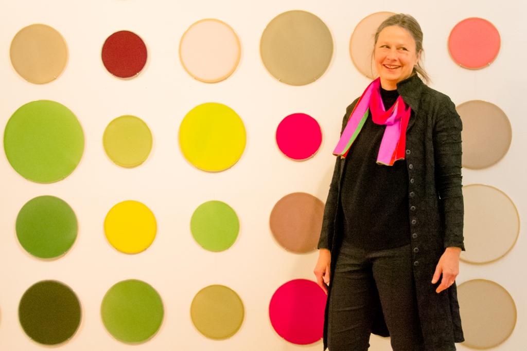 Keramikerin Barbara Butz vor ihren Arbeiten