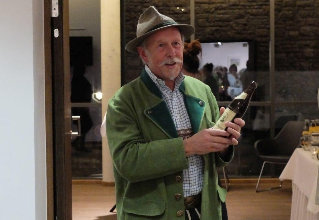 """Klaus Altmann und das Hopf-Weißbier """"Bluat vo da Gams""""."""