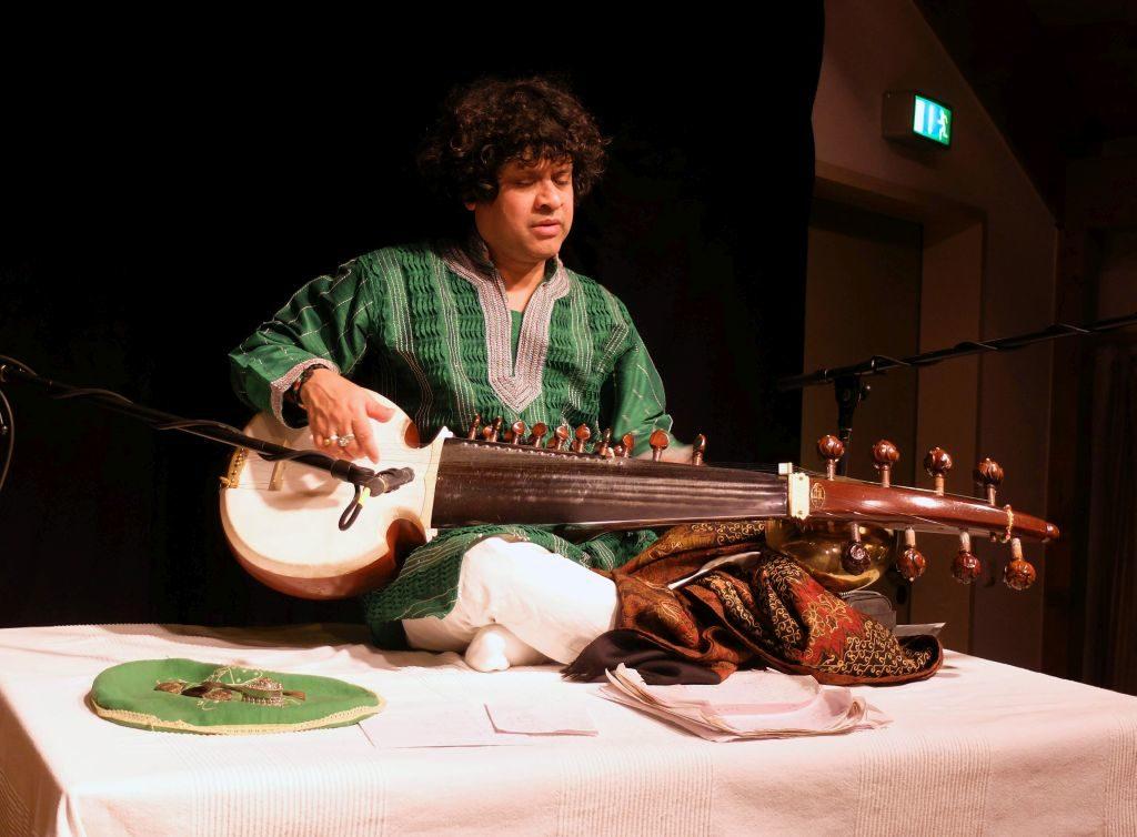 Ranajit Sengupta ergänzt komplementär diese musikalische Reise auf seiner Sarod