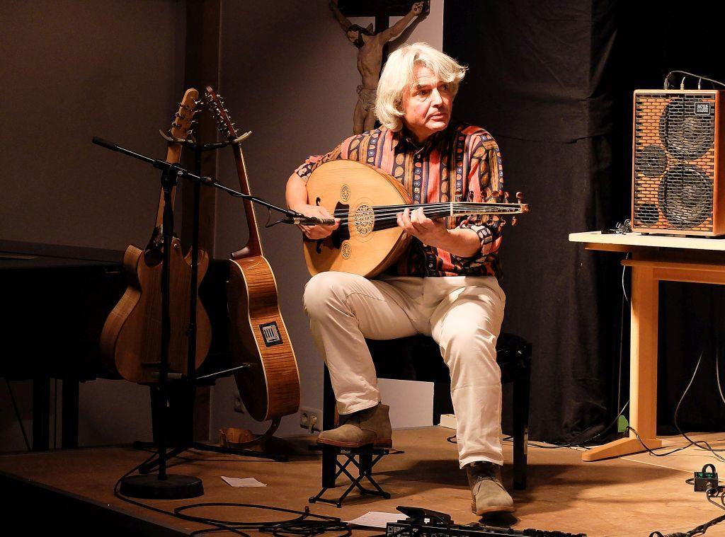 Wolfgang Netzer legt virtuos mit seiner Oud Klangwolken über das Spiel der Saroud