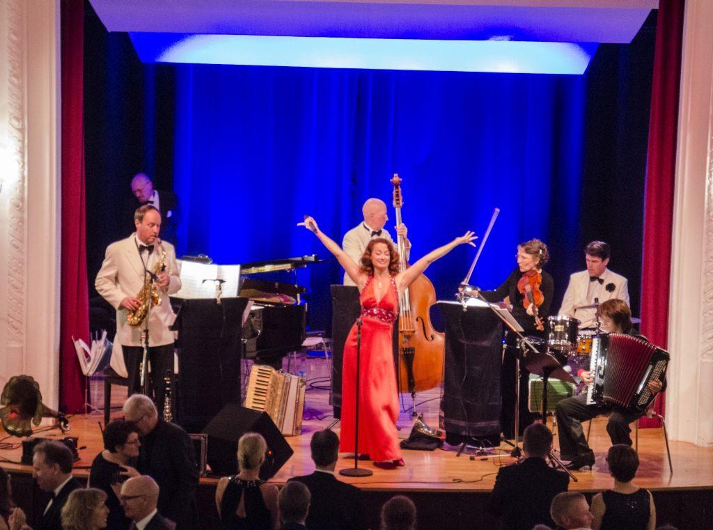 Das Odeon Tanzorchester auf der Bühne - zur ersten Ballnacht von Kulturwerkstatt im Oberland