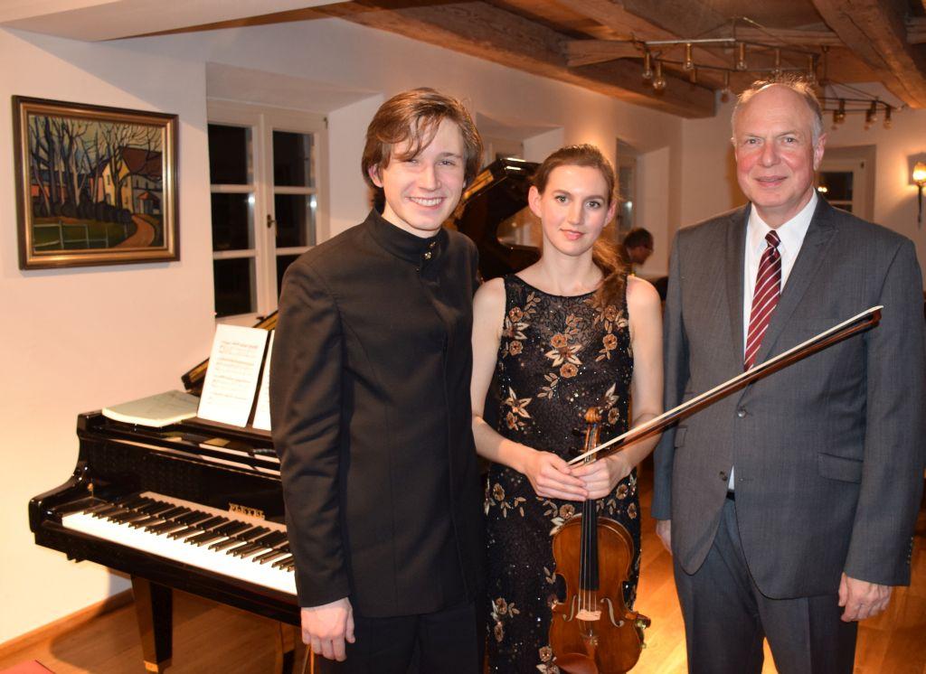 Amadeus Wiesensee, Amelie Böckheler, Martin Maria Krüger (v.l.) im Altwirtsaal in Warngau