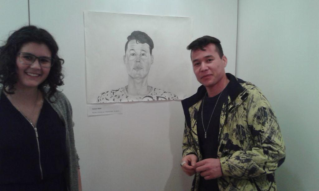 Kunstlehrer Michael Petters animiert seine schüler: Hanan Amin mit einer ihrer Zeichnungen und dem Original Rezan Ahmad aus Afghanistan