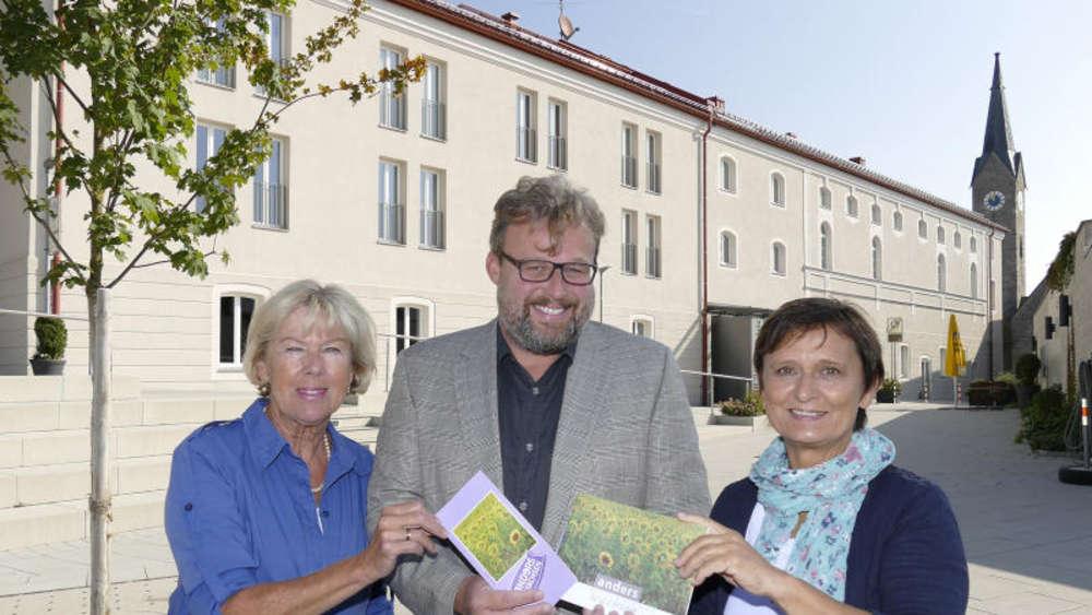 """Monika Ziegler von Kulturvision , Wolfgang Foit und Ingrid Huber präsentieren das Programm """"Anders wachsen"""""""