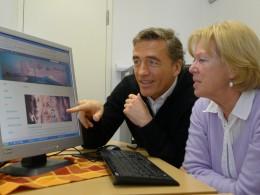 Stefan Scheider erläutert die neue Website