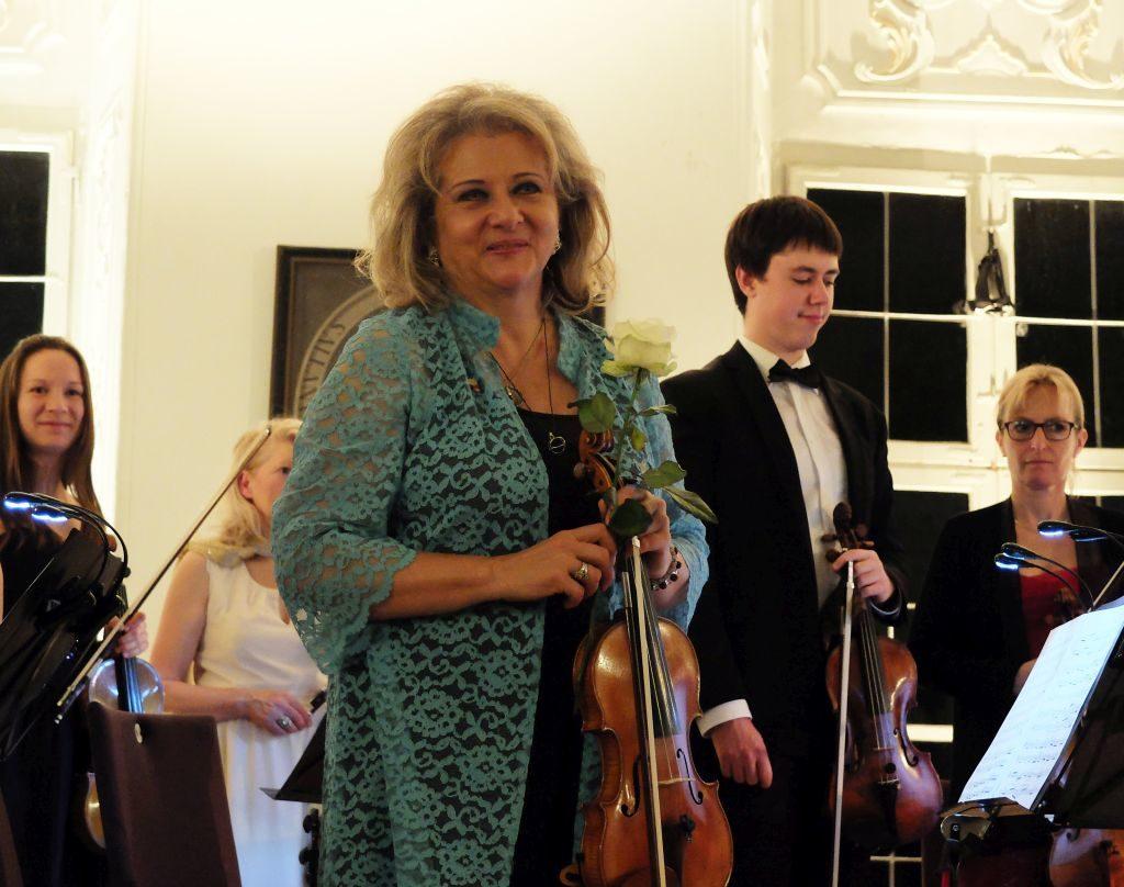 Kammerphilharmonie Dacapo - An der Ersten Geige brilliert Tamara Fiala, im Dialog mit Artem Lonhinov (v.l.)