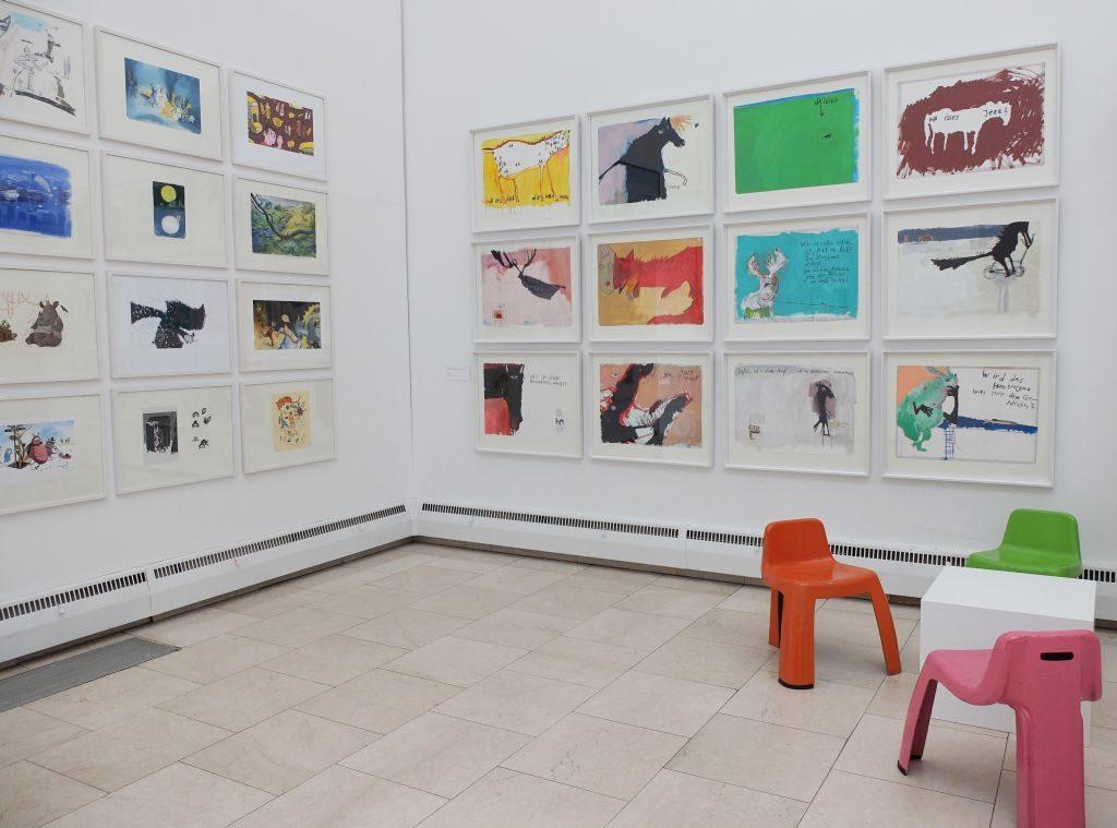 """Städtische Galerie Rosenheim """"Zum Kuckuck!"""" - Bei den FRISCHLINGEN: """"Das Schaf im himmelblauen Morgenmantel"""" 16 bekannter Illustratoren und """"Das Ferd"""" von Stefanie Harjes (v.l.)"""