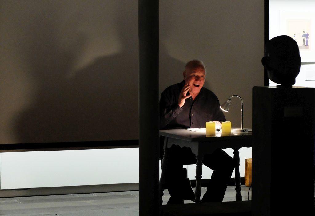 Rupert Rigam bei seiner kürzlichen Lesung des Weihnachtsspiels von Carl Orff im Olaf Gulbransson Museum.