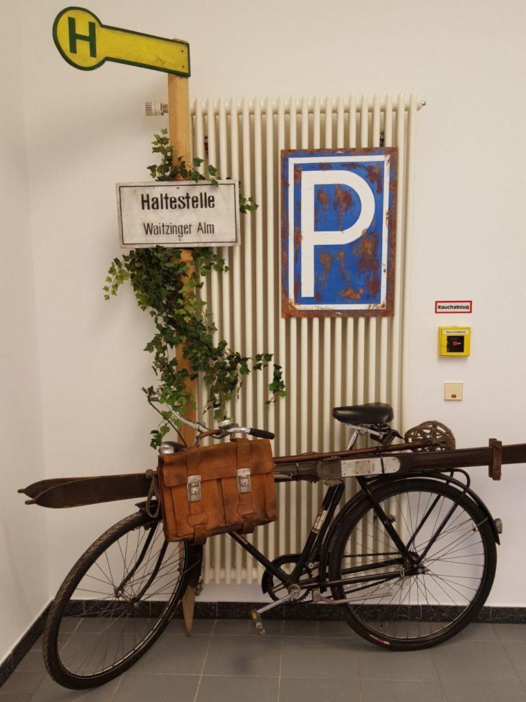 Ausstellung mit Exponaten der Waitzinger Sammlerfreunde - Bushaltestelle