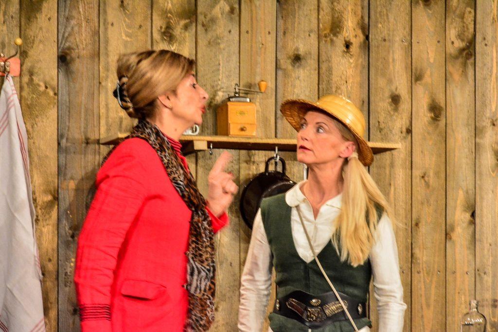 """Die Gerhard Loew Bühne  """"Almrausch"""" Andrea Roßkopf als Bürgermeisterin Elli und Ronny Weise als Lisa."""