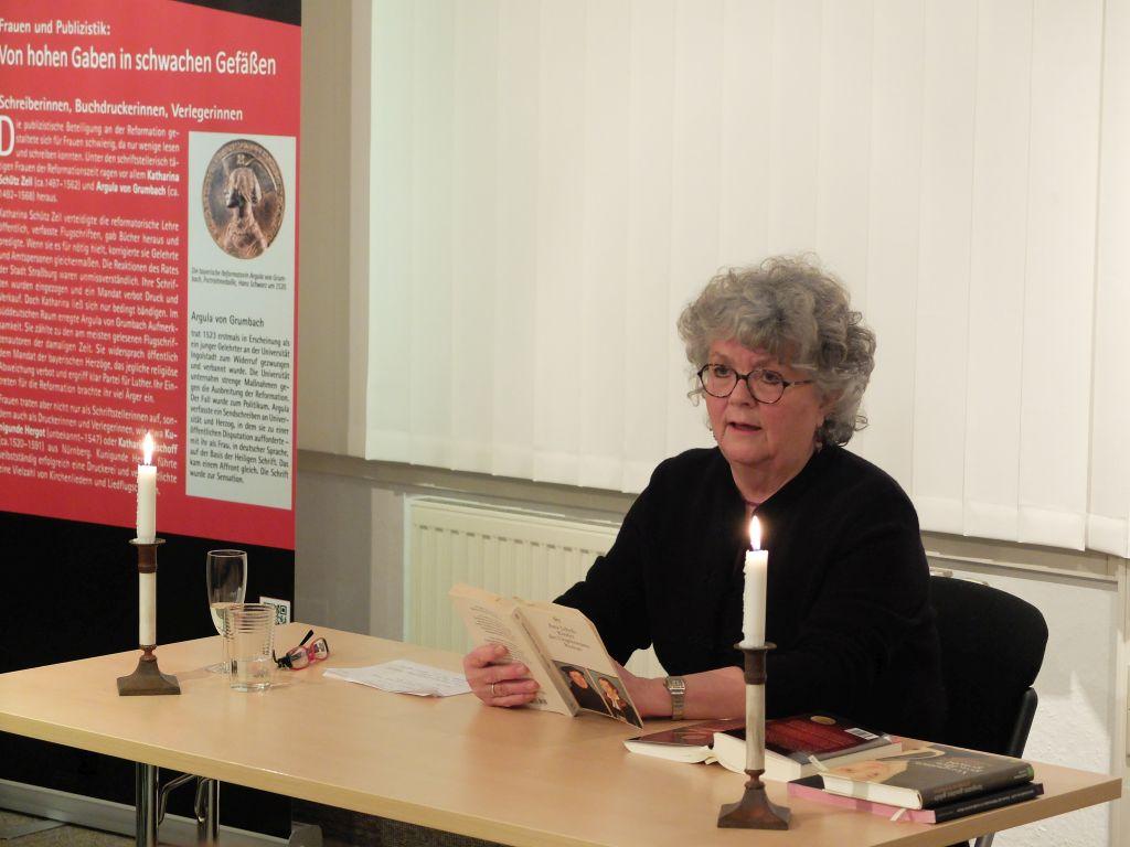 Gabriele Hesse liest Geschichten über starke Frauen während der Reformation.