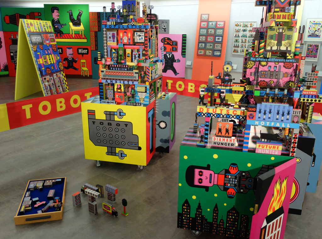 """Henning Wagenbreth: Installation """"tobot"""" im Olaf Gulbransson Mue´seum Tegernsee – halb Spielzeug, halb Roboter."""