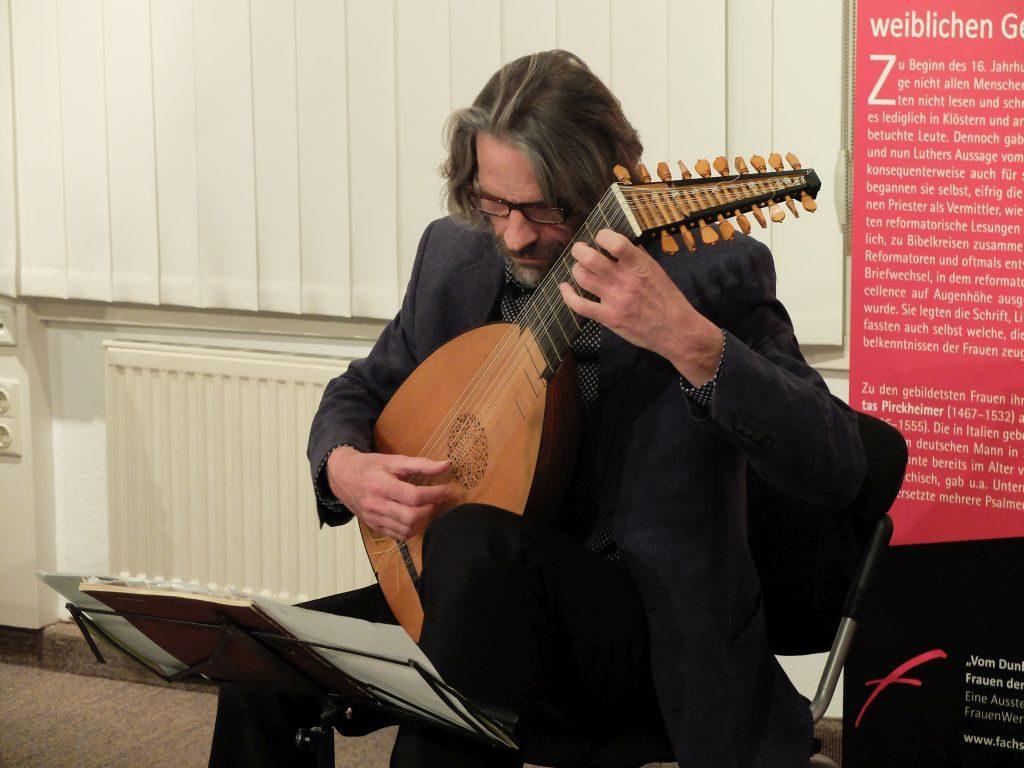 Ingo Veit begleitete die Lesung mit Lautenmusik