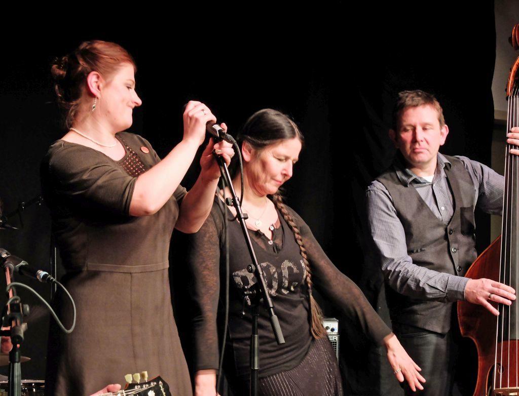 Whiskey 'n' Gin aus Lenggries mit Geschichtenerzählerin Katharina Ritter (Mitte)