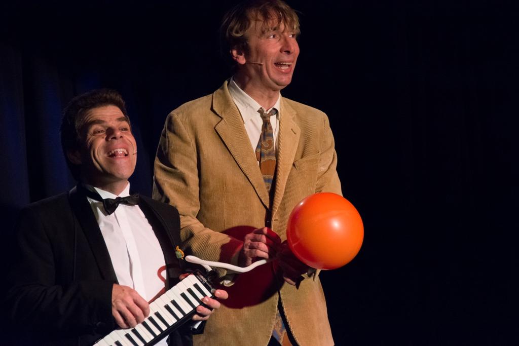 Bastian Pusch und Arthur Senkrecht mit dem Goldfischlied