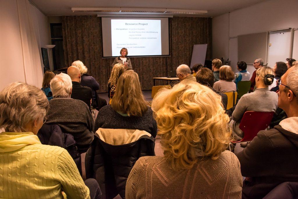 Monika Ziegler in ihrem Vortrag über Mitgefühl nach Tania Singer