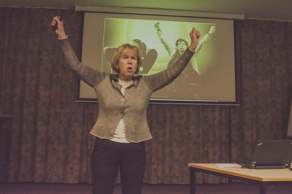 Powerposen: Monika Ziegler in ihrem Vortrag über Mitgefühl nach Tania Singer