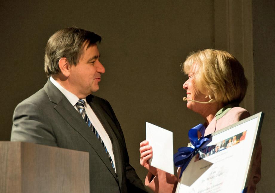 Hubert Stehr, Vorstandsvorsitzender der Raiffeisenbank im Oberland und Preisträgerin Monika Ziegler