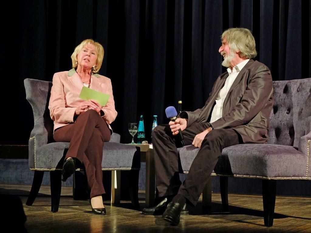 """Die """"Blaue Couch"""" ist das neue Kulturformat, das Monika Ziegler im Januar 2017 präsentiert. Ihr Interviewpartner: der legendäre Zither Manä"""