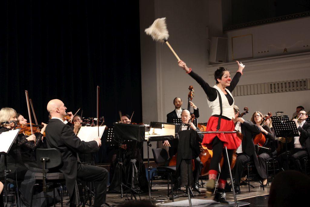 Auftakt zum Jubiläumsjahr -  Clownin Catronella dirigiert mit dem Staubwedel