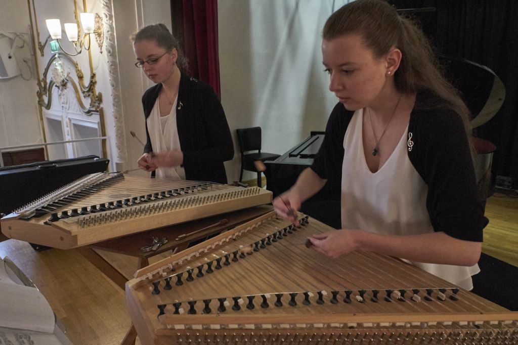 Viktoria und Johanna Kainz am Hackbrett