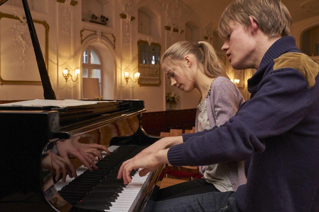 Sophie und Vincent Neeb am Klavier.