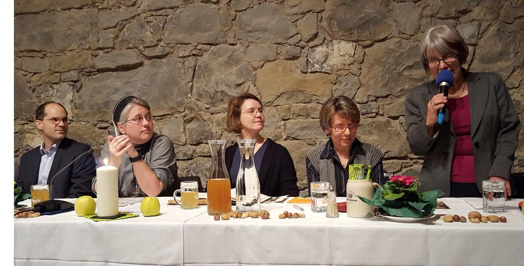Martin Luthers Tischreden - Im Podium: Pfarrer Erwin Sergel, Schwester Nicol, Pfarrerin Anika Sergel-Kohls, Betty Mehrer, Inge Jooß.