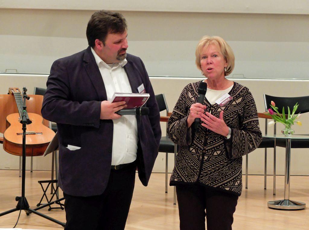 Monika Ziegler berichtet bei der Buchpräsentation von der Spurwechsel-Initiative