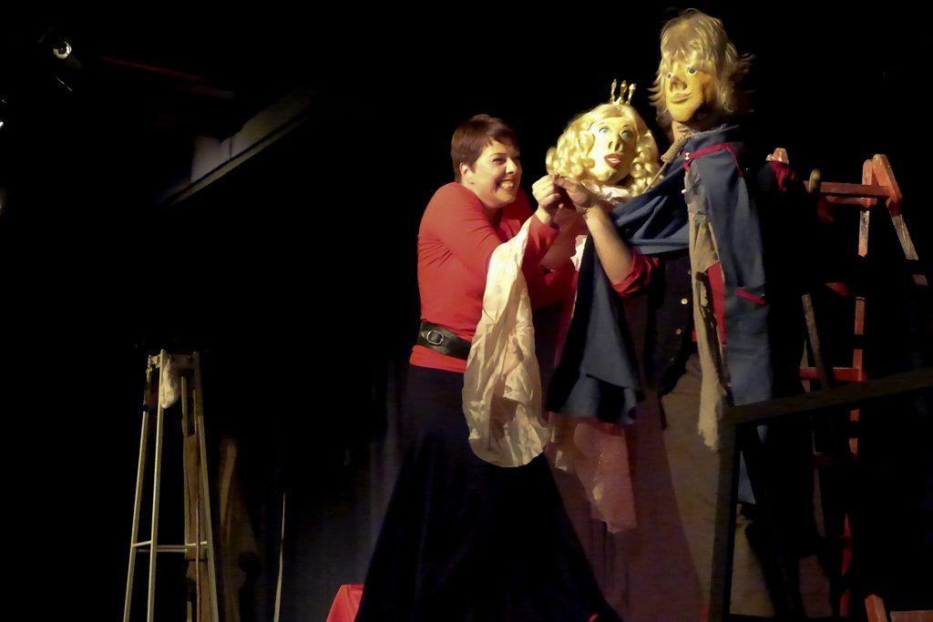 Theatergruppe Spielspur: Anja Erbricht im Spiel mit Bauersknecht und Königstochter