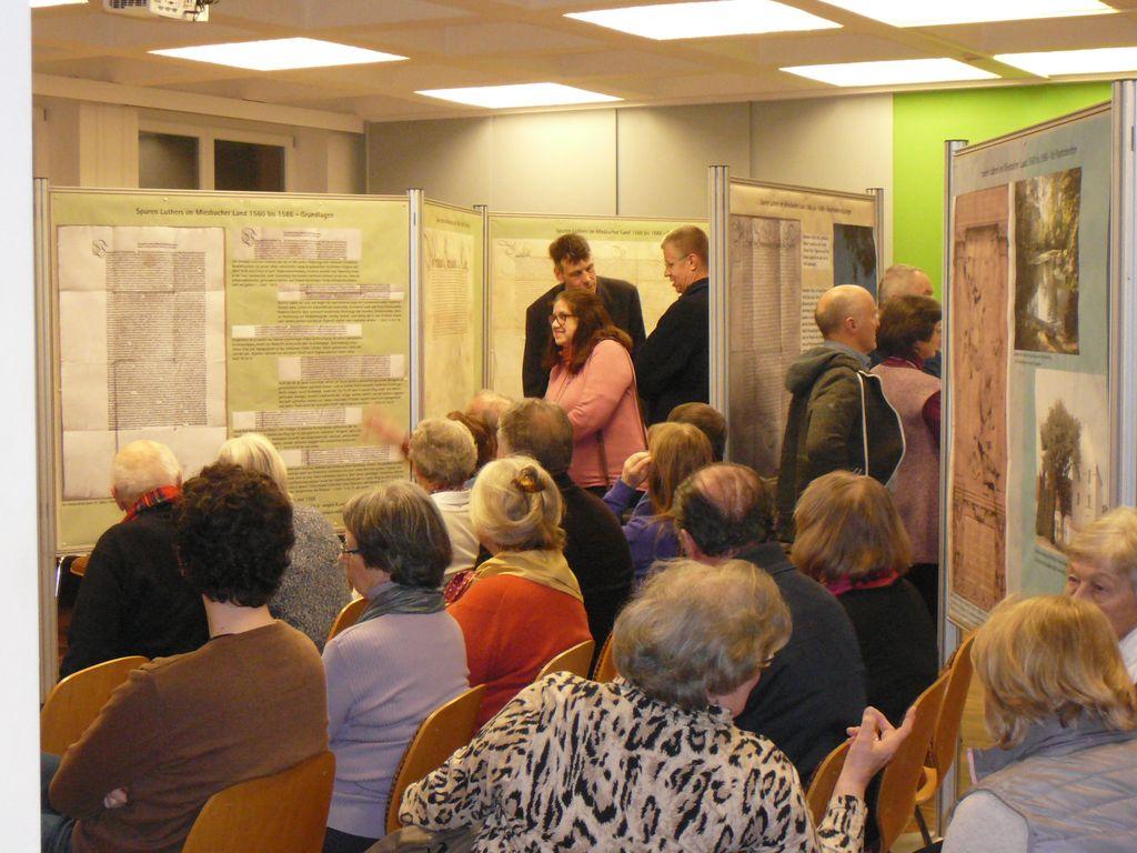 Zahlreiche Besucher kamen zur Ausstellungseröffnung zur Reformation im Miesbacher Oberland