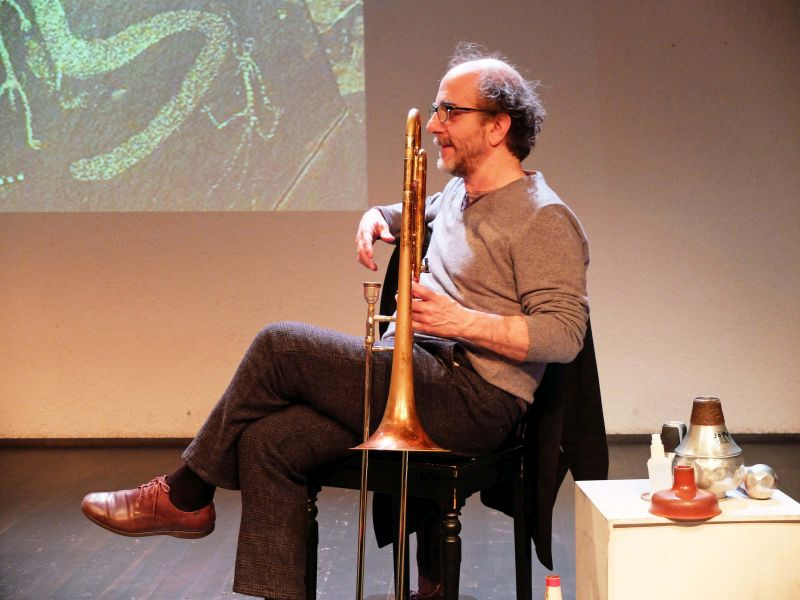 Jazz-Posaunist Sebi Tremontana begleitet die Atom-Geschichten zum Nuclear-Free Future Award