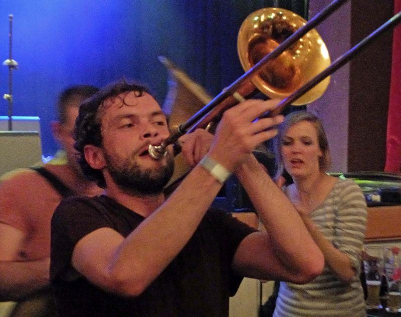 Bavarian Beats Festival: Manuel Winbeck, der Posaunist von LaBrassBanda, mischt sich mit seiner Band MONOBO SON unters Publikum