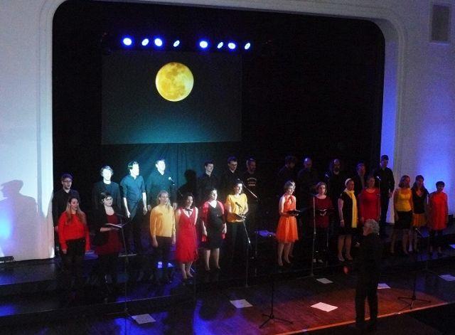 Der Mond ist aufgegangen – auf der Bühne. Foto: Christoph Voss