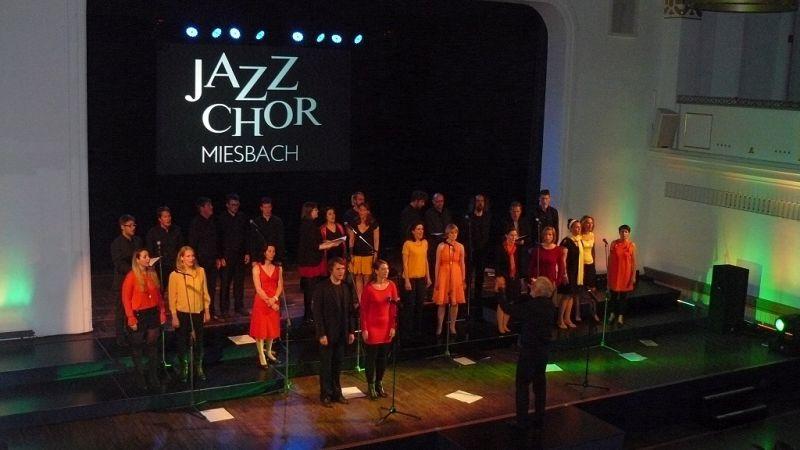 """Jubiläum Volkshochschule Miesbach: Der JazzChor Miesbach singt """"Fix You"""" von Coldplay. Foto: Christoph Voss"""