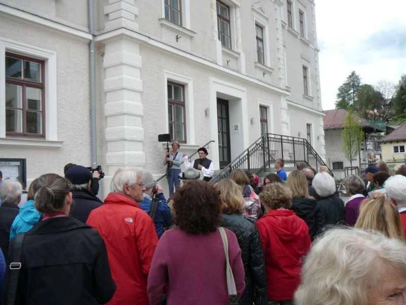 Am Beginn des Rundwegs vor dem Rathaus. Foto: Lautenbacher