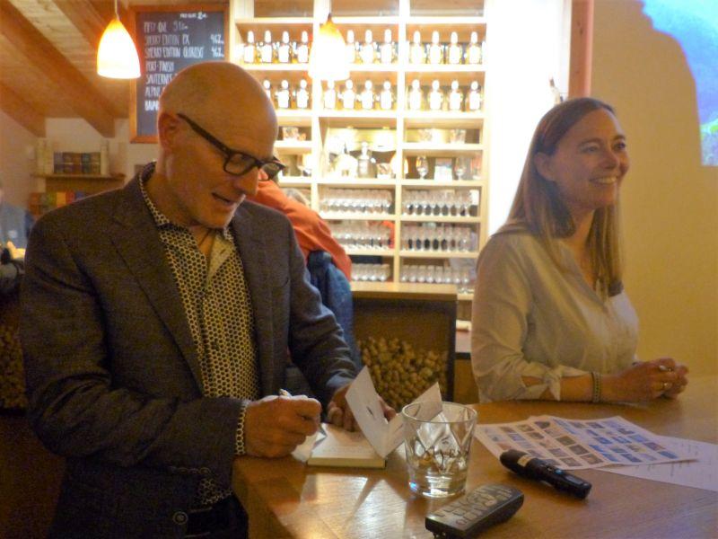Birgit Lutz und Thomas Ulrich beim Signieren: Schwarzes Wasser. Foto Hannah Miska