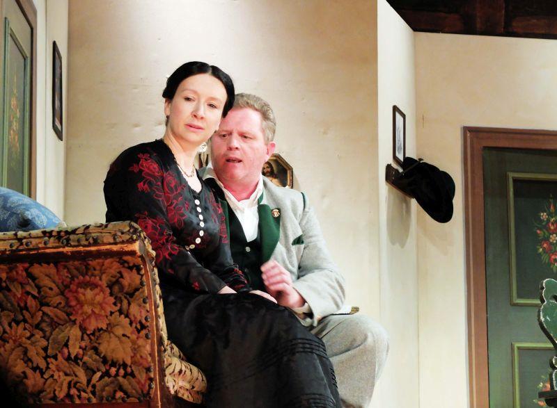 Vinzenz (Hans Schrädler) wirbt stur um die Hand der schönen Geierwally (Carolin Schmid)