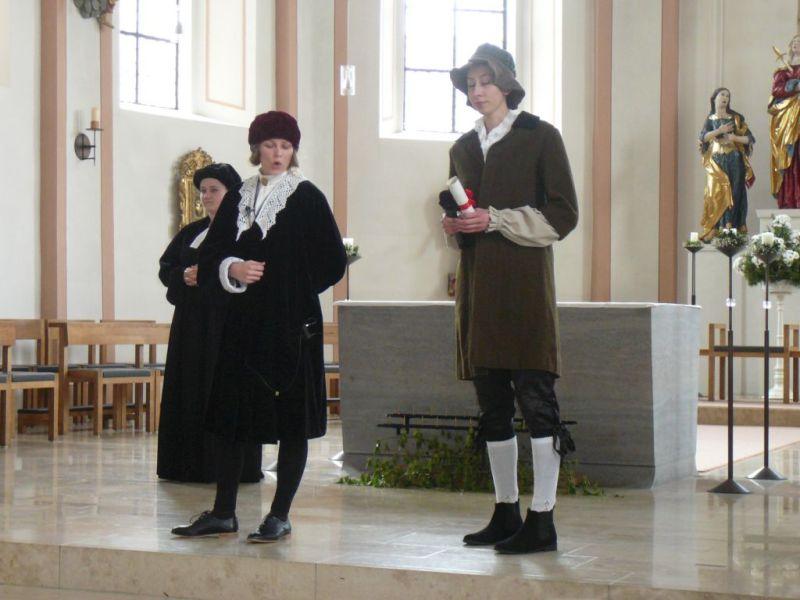 Miesbach Reformation - Das Mandat des Bischofs von Freising, das die Herren von Waldeck in die Verbannung treibt, wird überbracht. Foto: Lautenbacher