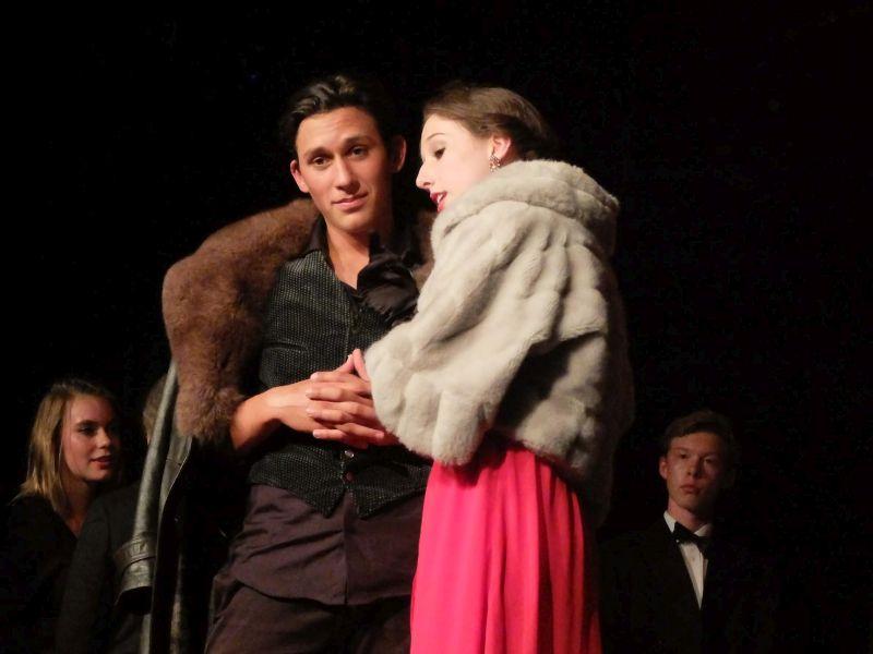"""Nur ein """"Biss""""chen: Vampir Victor Kárpáty (Alexis-Michael Eilers) und Lucy (Hannah Mattner). Regie: Barbara Winkler"""