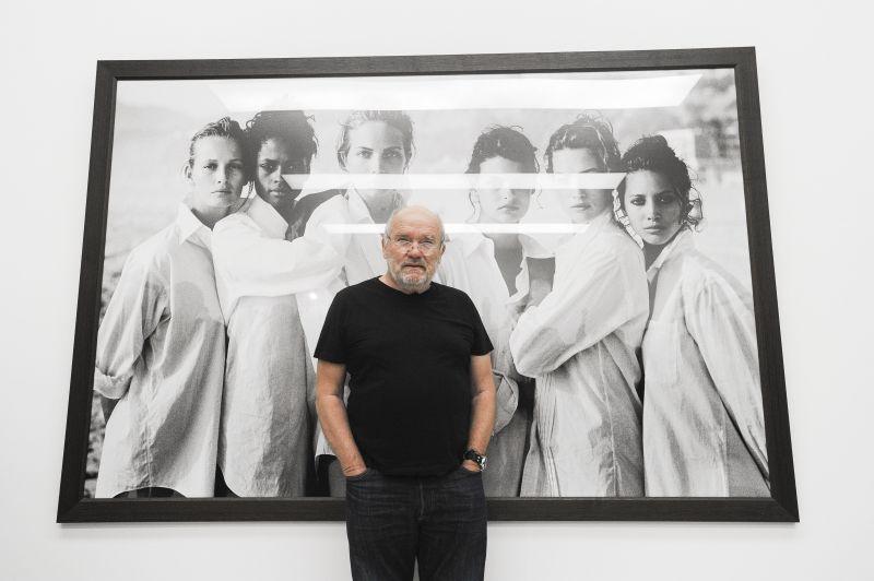 """Peter Lindbergh zur Eröffnung der Ausstellung in der Kunsthalle München – vor dem Foto """"White Shirts"""", 1988. Foto: BrauerPhotos/S.Brauer für die Kunsthalle München"""