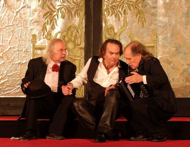 Jedermann bittet vergebens seinen Dicken und Dünnen Vetter, ihn zu begleiten (Ferdinand Rother, Hans Jürgen Stockerl, Sergio Vesely)