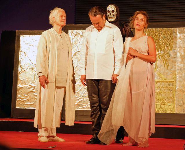 Die Guten Werke (Christine Winter) und der Glaube (Walter Stapper) begleiten Jedermanns Heimgang