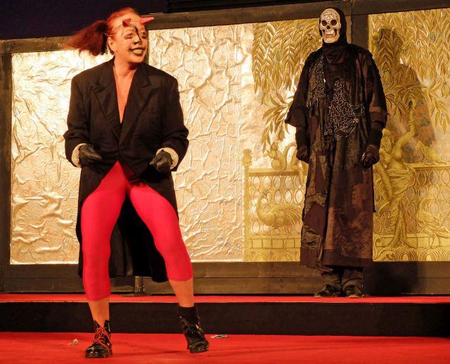 Der Teufel (Eva Röder) flucht und wehklagt, weil er den Jedermann nicht bekommen kann.