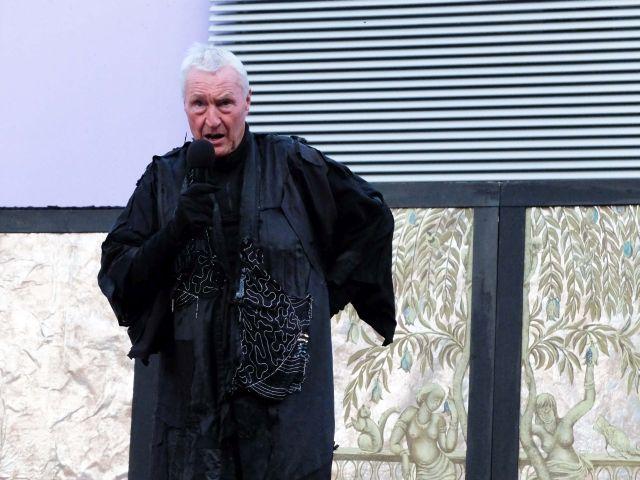 Regisseur Ingo Neise, der auch die Rolle des Todes spielt - Einführungsrede zur Premiere 2017