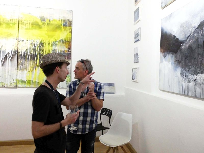 Künstlergespräch während der Vernissage in der Bildpark Gallery München bei Galeristin Gabi Papst: Jürgen Welker mit Michael Boehnke